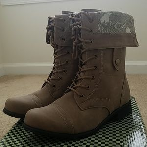 Super cute combat boots with lace.
